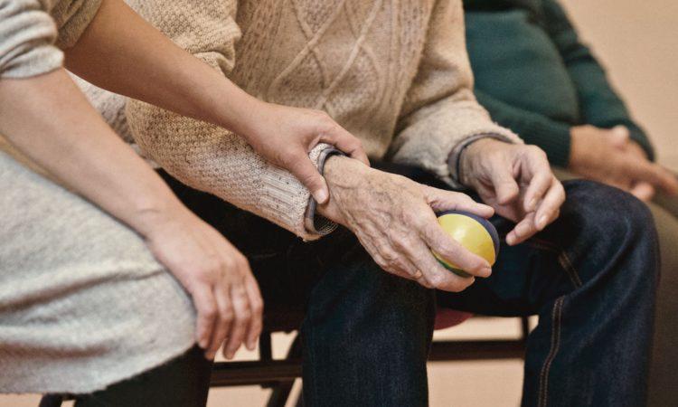 Personne âgé tenant une balle