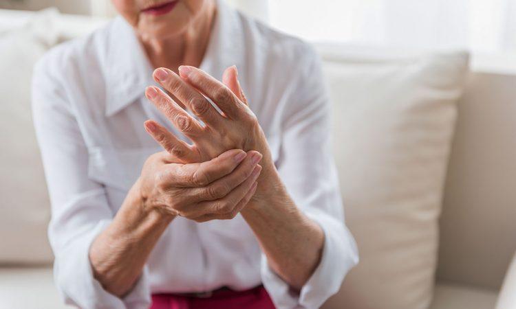Personne âgé avec des douleurs à la main