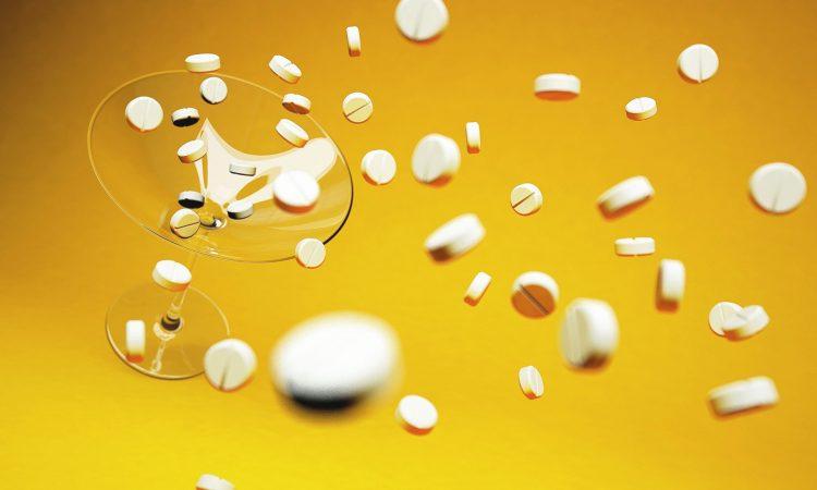 Plusieurs médicaments tombant dans un vers