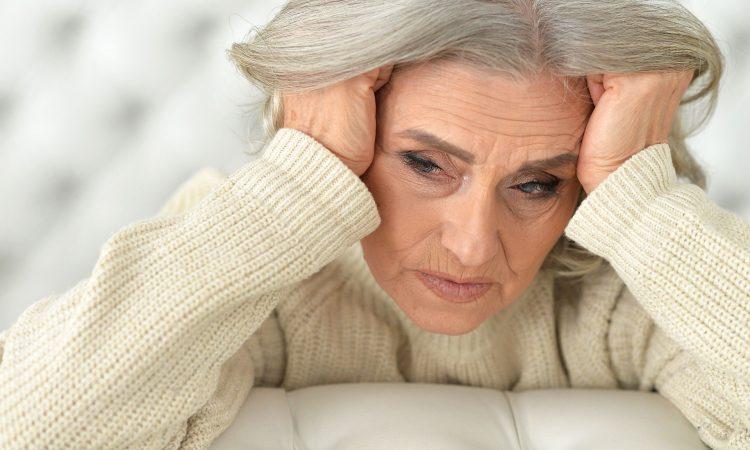 Personne âgé fatigué se tenant la tête