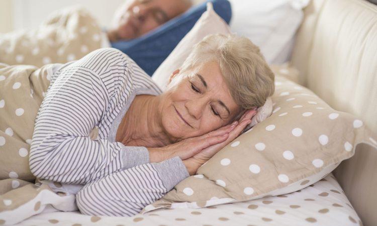 Deux personnes âgé qui dorment dans leur lit