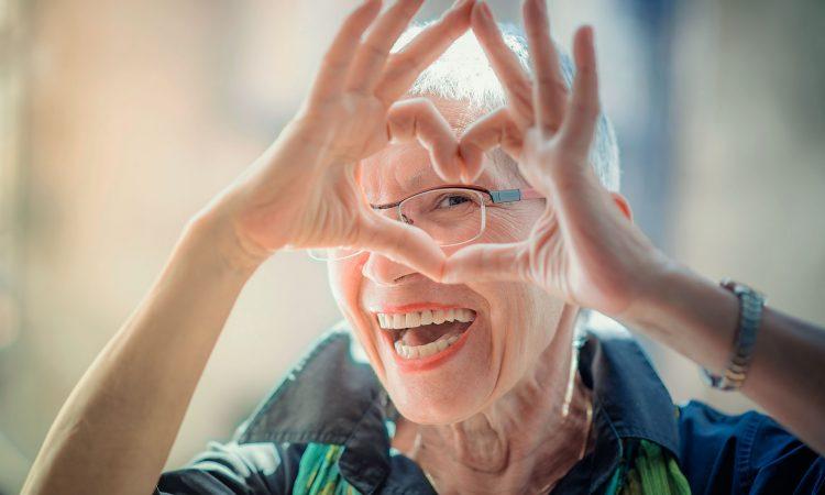 Femme âgé qui fait un coeur avec ces mains