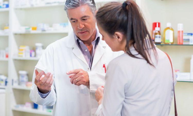 Pharmacien qui parle à une cliente