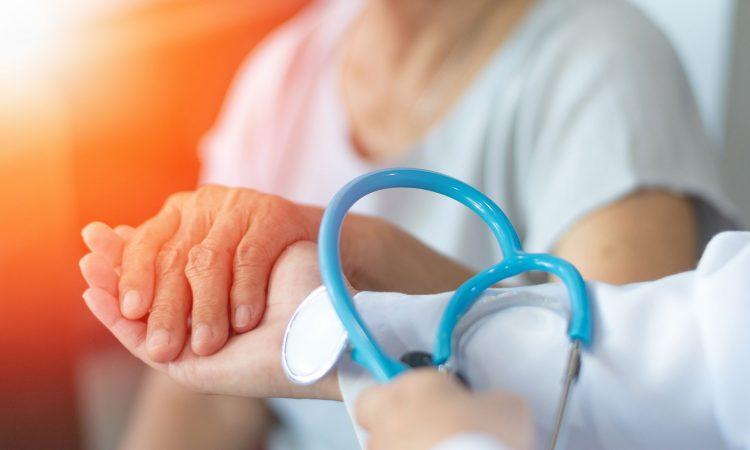 Médecin tenant la mains d'une patiente