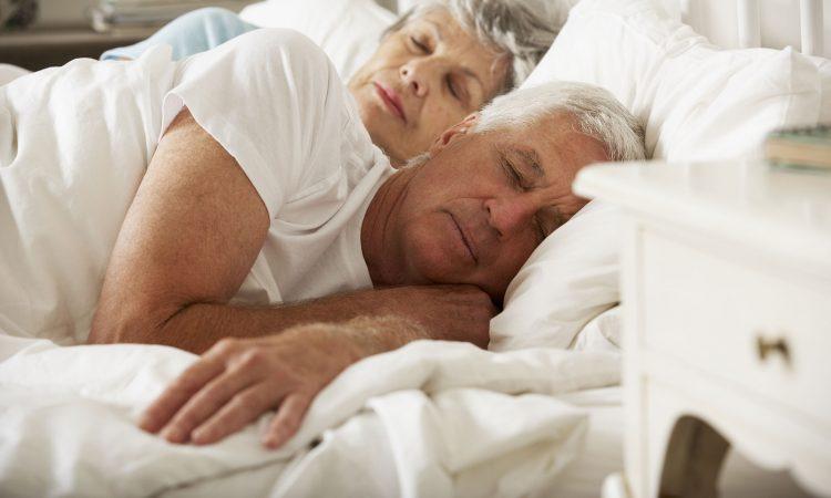 Couple âgé dormant dans un lit