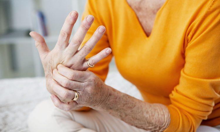 Personne âgé ayant de la douleur à la main