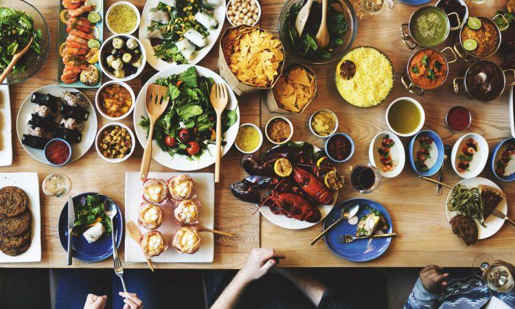 Plusieurs plats santés sur une table
