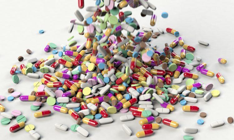 Plusieurs médicaments différents qui tombent sur une table