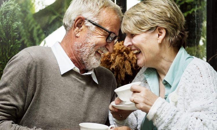 couple qui boit du thé en souriant