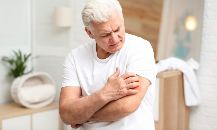 homme âgés souffrant de démangeaisons