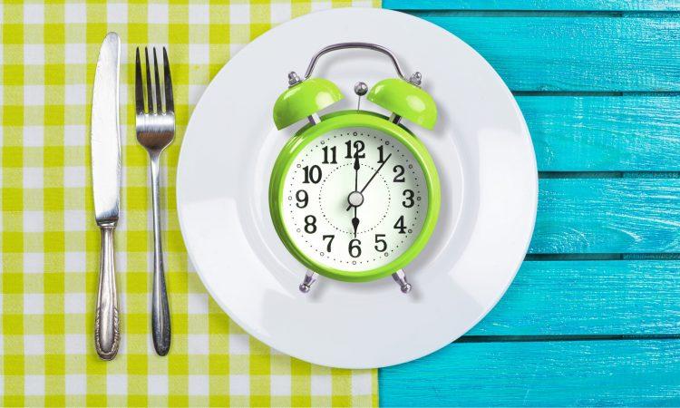 horloge dans une assiette avec ustensiles