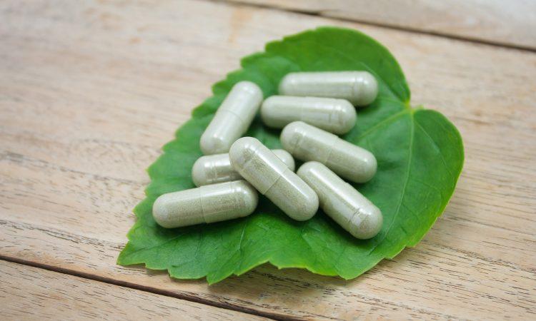 capsules naturels sur feuille verte
