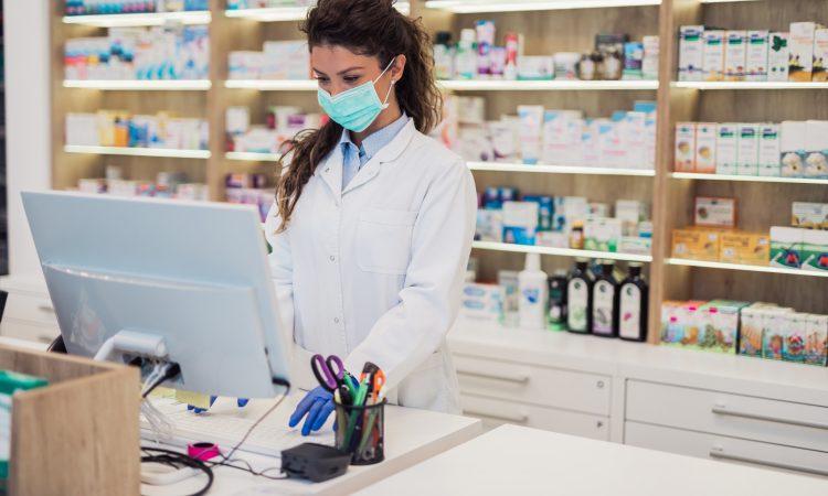 pharmacienne qui travaille avec un masque