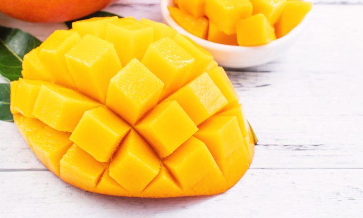 Gros plan sur une mangue coupée en morceaux