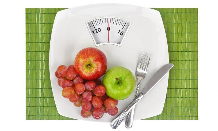 assiette qui calcul le poids avec des fruits dessus
