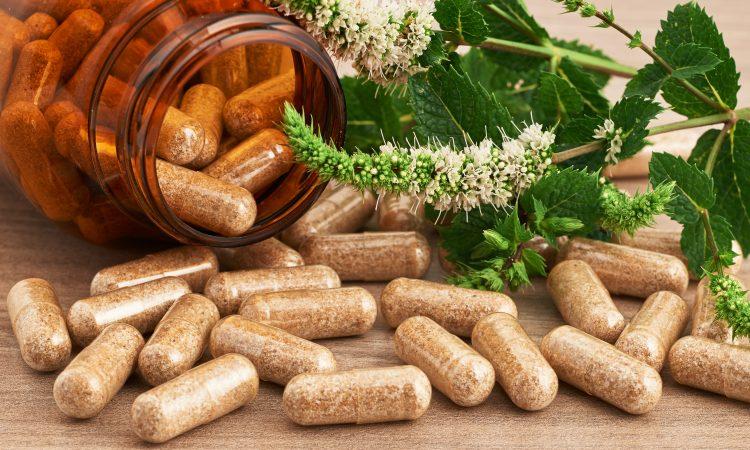 bouteille de capsules naturels et plante