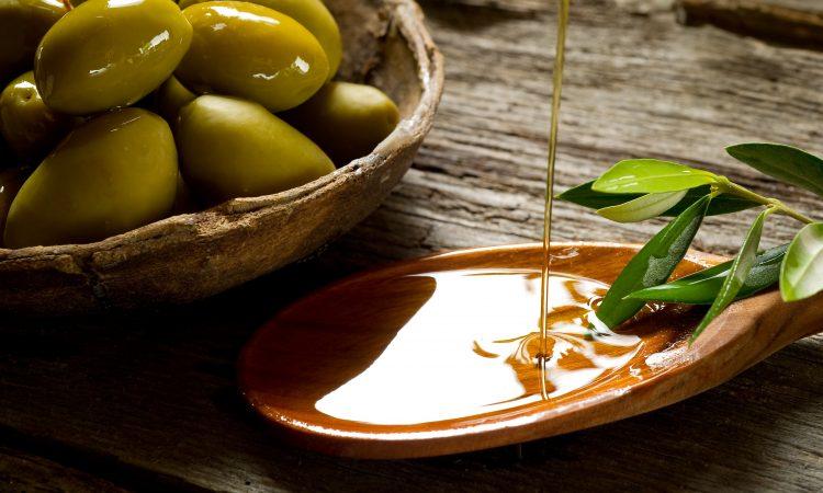 bol d'olives et huile d'olives