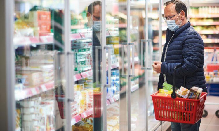 Homme à l'épicerie avec un masque