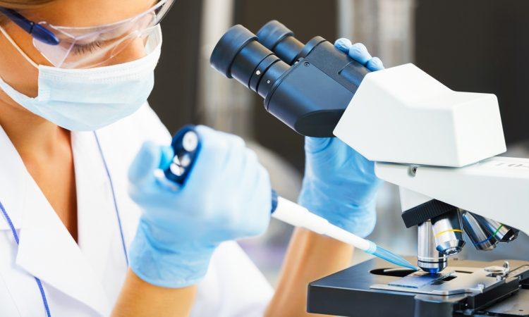 Jeune scientifique effectuant des tests en laboratoire