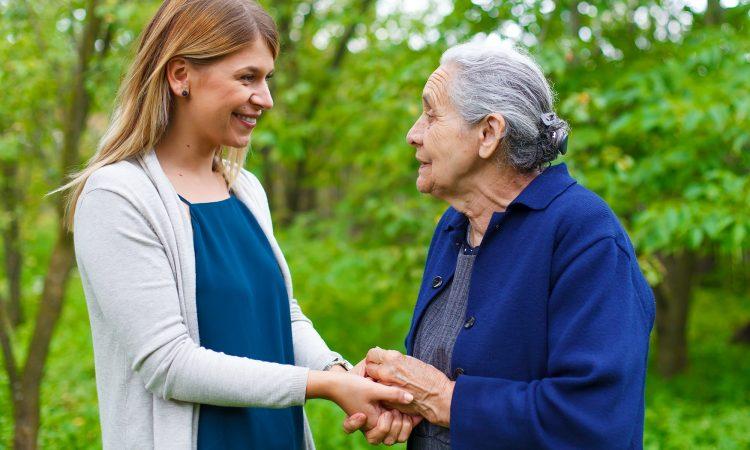 petite-fille et grand-mère qui prennent une marche en parlant