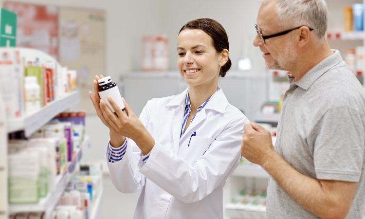 Une pharmacienne qui donne un conseil à un client.