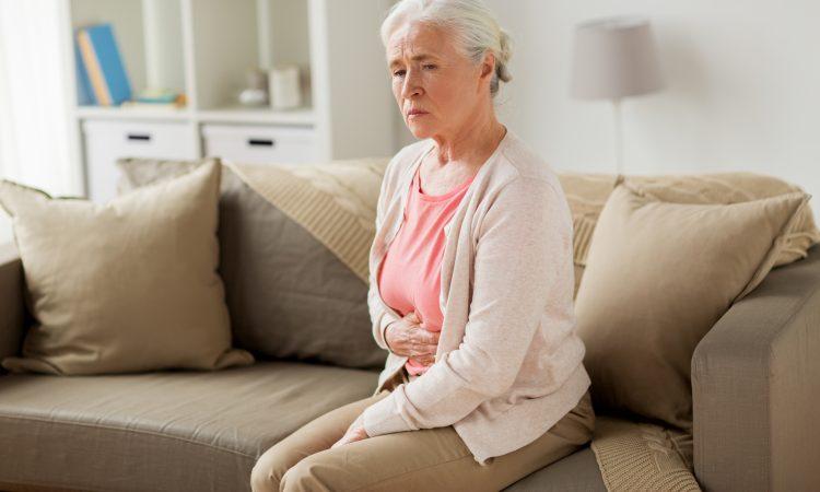 dame souffrant de problèmes de digestion et de douleur à l'estomac