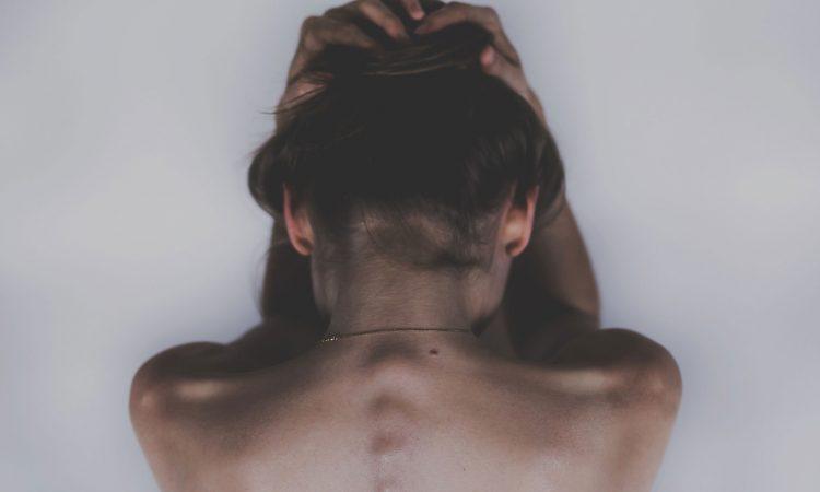 jeune femme souffrant de douleur