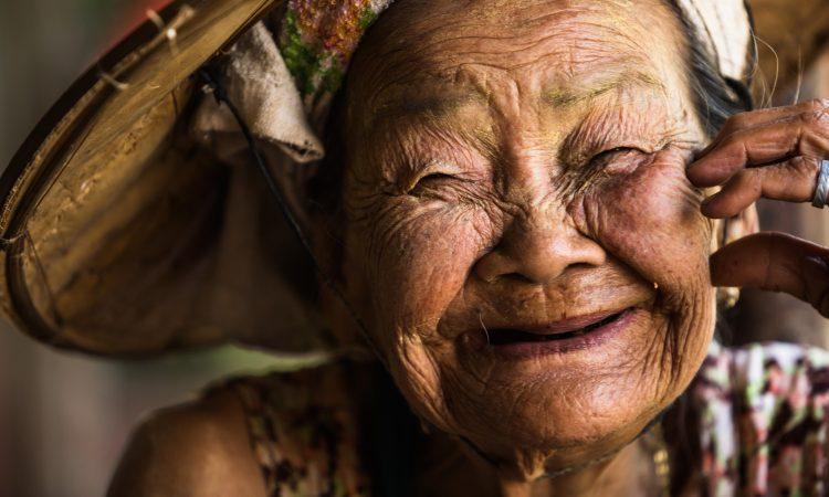 Dame âgée tout souriante
