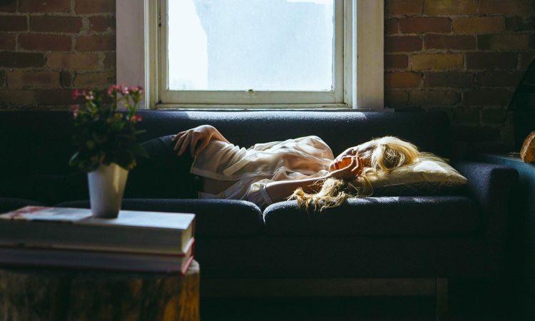 femme fatiguée étendue sur le divan