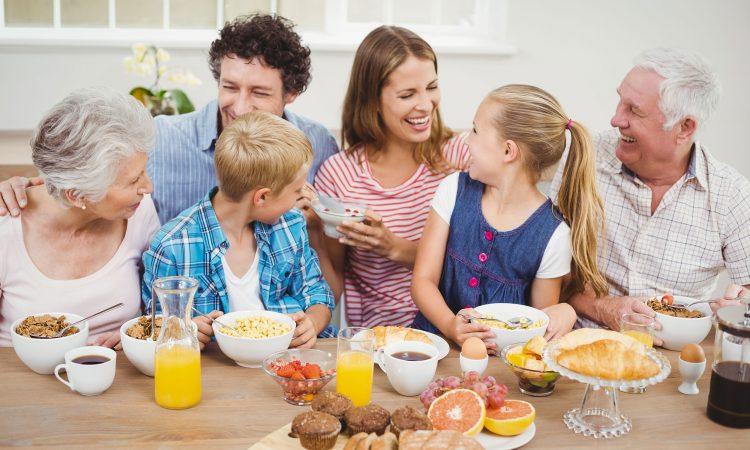famille heureuse autour d'un déjeuner