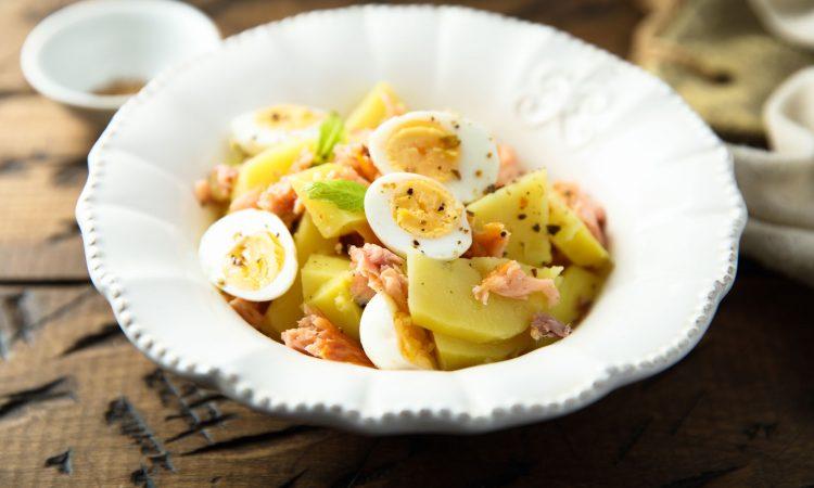 Salade de patates avec saumon et oeufs