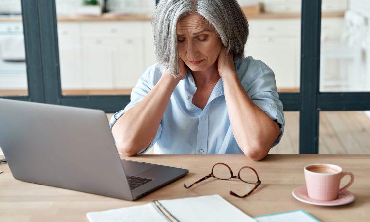 dame stressée devant son ordinateur